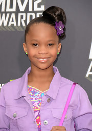 Quvenzhane Wallis chose a classic twisted bun with a flower accessory for her red carpet look at the 2013 MTV Movie Awards.
