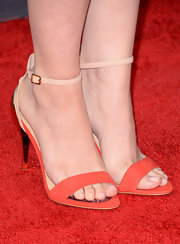 Lauren Miller chose a pair of nude and peach sandals for her chic and retro look at MTV Movie Awards.