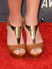 Kelley Jakle chose brown and gold platforms for her cool and modern look at the MTV Movie Awards red carpet.