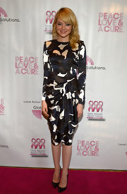 Emma Stone's black, blue and white calico-print dress featured a ruched waist for a chic and sophisticated detail.
