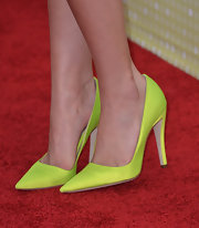 Neon pumps added some funky color to Bella Thorne's fun red carpet look.