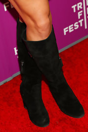 Zoe Bell paired suede knee-highs with her black shirt dress for a cool look on the red carpet.