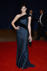 Jessica Pare's structured gown gave her a cool and contemporary red carpet look.