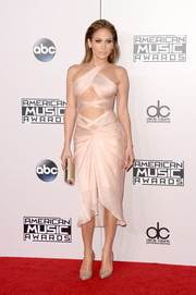 Jennifer Lopez complemented her super-seductive dress with a beaded gold clutch by Oroton.