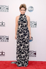 Maiah Ocando chose a lovely black-and-white floral gown for the American Music Awards.