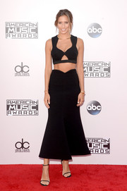 Renee Bargh sizzled on the American Music Awards red carpet in a black cutout crop-top by Alice McCall.