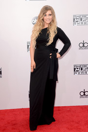 Ella Henderson stuck to the classics with this black one-shoulder gown with bow detail during the American Music Awards.