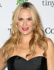 Molly Sims styled her hair with messy-chic waves for the Baby2Baby Gala.