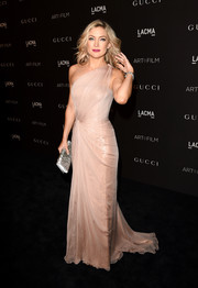 Kate Hudson polished off her glam ensemble with a beaded silver clutch by Gucci.