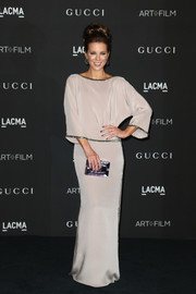 Kate Beckinsale added subtle color via a multi-hued, pearlized box clutch by Rauwolf.