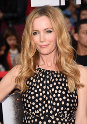 Leslie Mann wore her hair down with beachy waves when she attended the MTV Movie Awards.