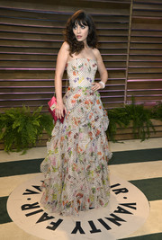 Zooey Deschanel oozed an ultra-feminine vibe at the Vanity Fair Oscar party in a strapless Oscar de la Renta gown with a voluminous tiered skirt.