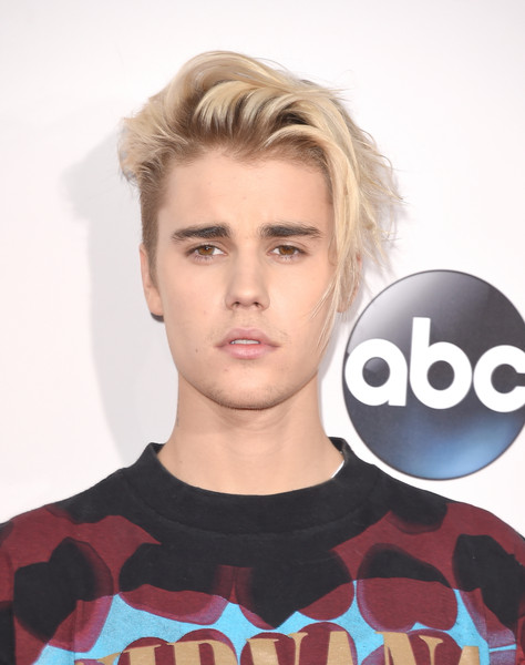 Justin Bieber attended the 2015 American Music Awards wearing his hair in a messy cut.