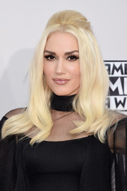 Gwen Stefani went for a retro vibe with this '60s-style half-up 'do at the American Music Awards.