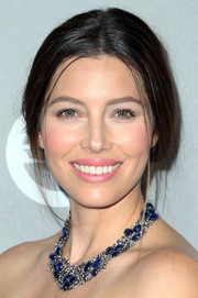 Jessica Biel completed her look with a luxurious sapphire and diamond statement necklace by Lorraine Schwartz.