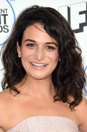 Jenny Slate looked cute with her tousled curls at the Film Independent Spirit Awards.