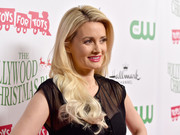 Holly Madison styled her hair in loose curls for a relaxed look at the 2015 Hollywood Christmas Parade
