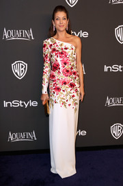 Kate Walsh attended the InStyle and Warner Bros. Golden Globes party looking like the goddess of spring in a floral one-shoulder gown.