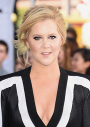 Amy Schumer looked sophisticated with her messy-glam updo at the MTV Movie Awards.
