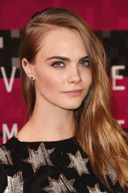 Cara Delevingne wore her hair in an edgy side sweep at the MTV VMAs.