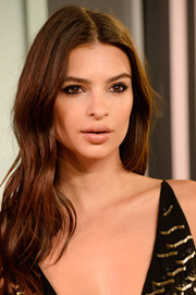 Emily Ratajkowski attended the MTV VMAs wearing a center part and gentle waves.