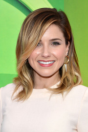 Sophia Bush wore her hair down with a side part and subtle waves during the NBC Upfront Presentation.