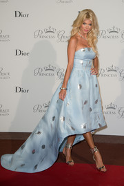 Victoria Silvstedt polished off her look with a chic pair of silver ankle-cuff sandals.