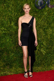 Amber Valletta heated up the Tony Awards red carpet with this tiny one-shoulder LBD by Anthony Vaccarello.
