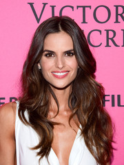 Izabel Goulart wore her hair in a lovely cascade of waves at the Victoria's Secret fashion show after-party.