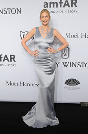 Kelly Rutherford channeled Old Hollywood with this shimmery silver gown at the amfAR New York Gala.