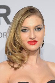 Simona Andrejic looked fab with her wavy side sweep at the amfAR New York Gala.