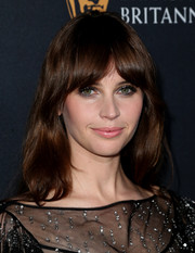 Felicity Jones framed her pretty face with subtle waves and rounded bangs for the 2016 BAFTA Britannia Awards.