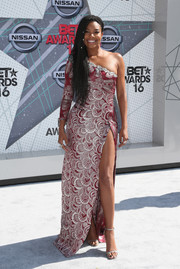 Gabrielle Union looked va-va-voom in a high-slit, scallop-patterned one-shoulder gown by Marc Jacobs at the 2016 BET Awards.