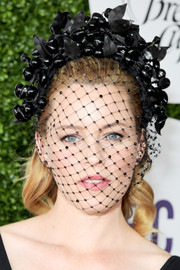 Elizabeth Banks looked dramatic wearing this veiled fascinator at the 2016 Breeders' Cup.