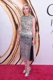 Kirsten Dunst completed her attire with Art Deco-inspired peep-toe heels, also by Rodarte.