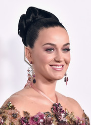 Katy Perry matched her sequined dress with a pair of multicolored gemstone chandelier earrings.