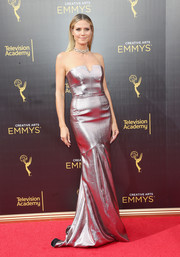 Heidi Klum stunned in a strapless silver gown by Roland Mouret at the 2016 Creative Arts Emmy Awards.
