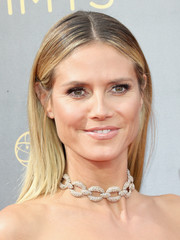 Heidi Klum opted for a fuss-free center-parted straight 'do when she attended the 2016 Creative Arts Emmy Awards.