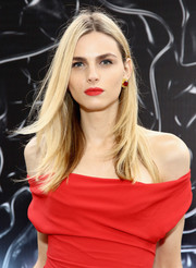 Andreja Pejic kept it laid-back with this loose center-parted hairstyle at the 2016 Fragrance Foundation Awards.