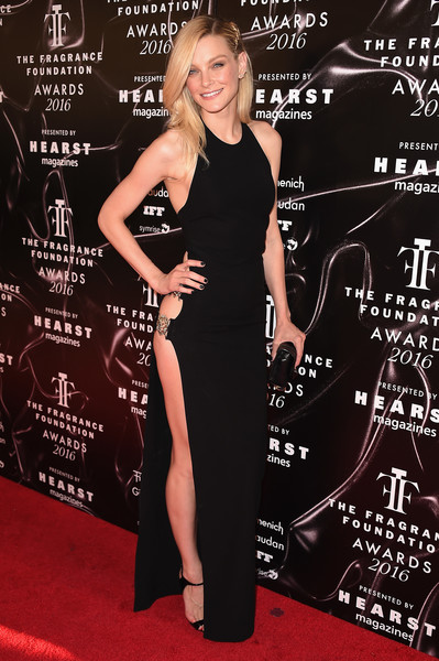 Jessica Stam put on a racy display in a slit-up-to-the-waist column dress at the 2016 Fragrance Foundation Awards.
