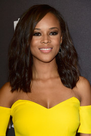 Serayah McNeill left her hair loose with barely-there waves when she attended the InStyle and Warner Bros. Golden Globes post-party.