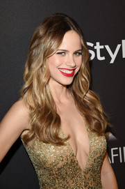 Halston Sage stuck to her usual long center-parted waves when she attended the InStyle and Warner Bros. Golden Globes post-party.