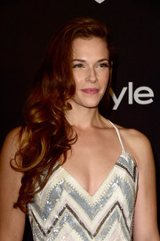 Amanda Righetti wore her hair in a flowing side sweep at the InStyle and Warner Bros. Golden Globes post-party.