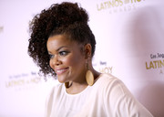 Yvette Nicole Brown swept her hair up into a curly, mohawk-inspired updo for the 2016 Latinos de Hoy Awards.
