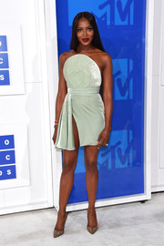 Naomi Campbell donned a mint-green Brandon Maxwell strapless dress with a dangerously high slit for the 2016 MTV VMAs.