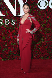 Keri Russell was sexy and sophisticated at the 2016 Tony Awards in a low-cut red Monique Lhuillier gown with embellished shoulders and sleeves.
