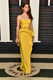 Marisa Tomei kept it timeless in a strapless yellow peplum gown at the Vanity Fair Oscar party.