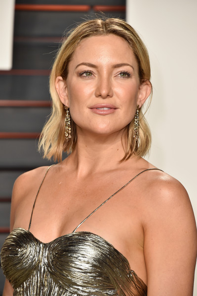 Kate Hudson opted for a casual, subtly wavy 'do when she attended the Vanity Fair Oscar party.