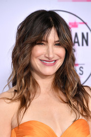 Kathryn Hahn looked pretty with her piecey waves and parted bangs at the 2017 American Music Awards.