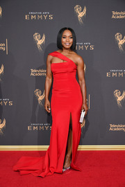 Angela Bassett looked quite the diva in a structured red one-shoulder gown by Romona Keveza at the 2017 Creative Arts Emmy Awards.